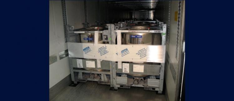 黏貼式貨櫃綑綁束緊帶(TY-GARD) 化學鐵桶綑綁示意圖--先黏貼貨櫃壁再環繞貨櫃口化學鐵桶上交叉黏合,避免化學品搖晃溢出